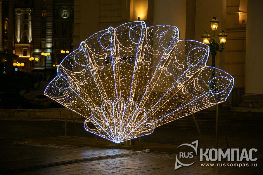 Ажурный веер из лампочек перед входом в Большой