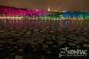 Разноцветные деревья вдоль Москва-реки