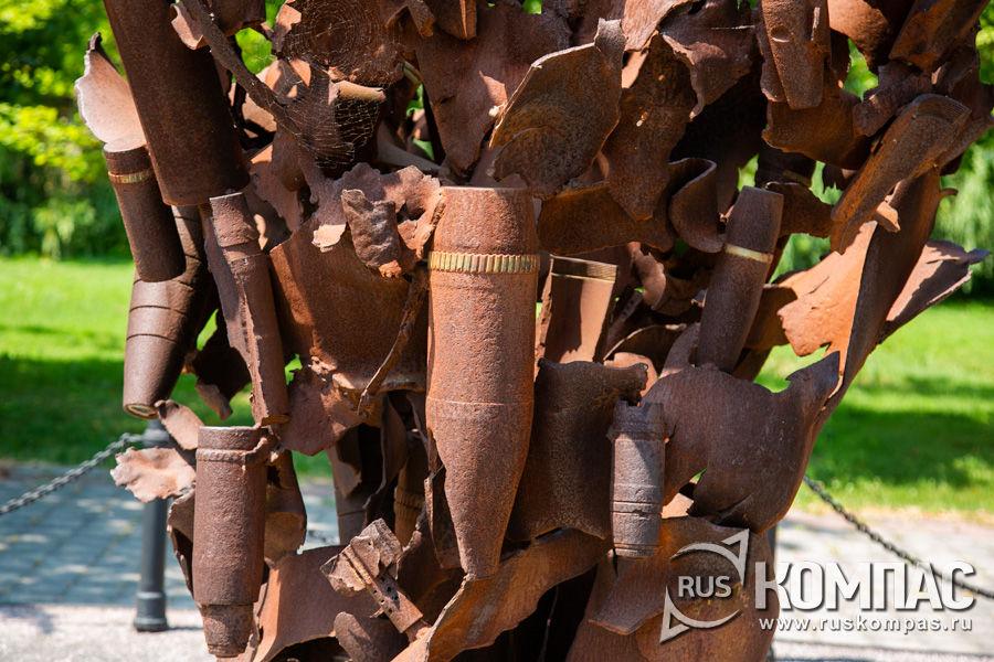 Осколки вражеских боеприпасов, из которых собран памятник «Взрыв»
