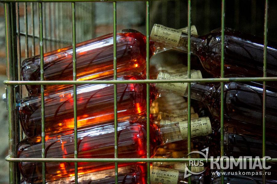 Бутылки с розовым вином «Усадьба Мысхако, Розовое» просто светятся изнутри