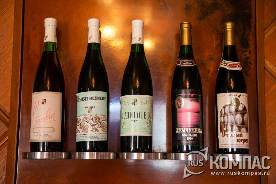 На полках дегустационного зала винзавода «Мысхако» хранятся образцы бутылок, по которым разливалось вино в СССР