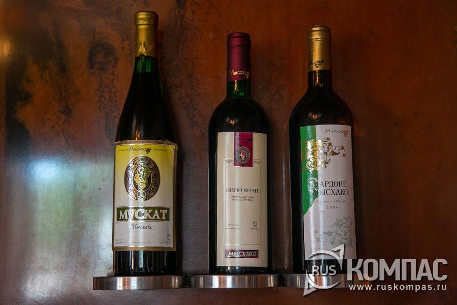 Образцы бутылок винзавода «Мысхако», выпускаемых в разные годы в СССР