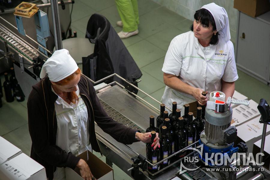 Фасовка бутылок с вином в Мысхако