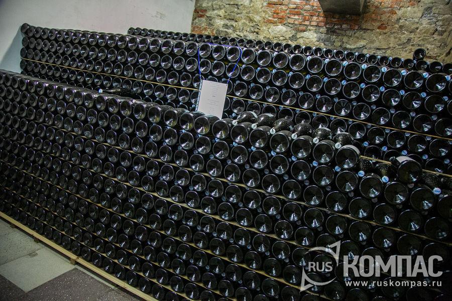 В подвалах хранится вино, которое было изготовлено еще до банкротства и перешло новым владельцам