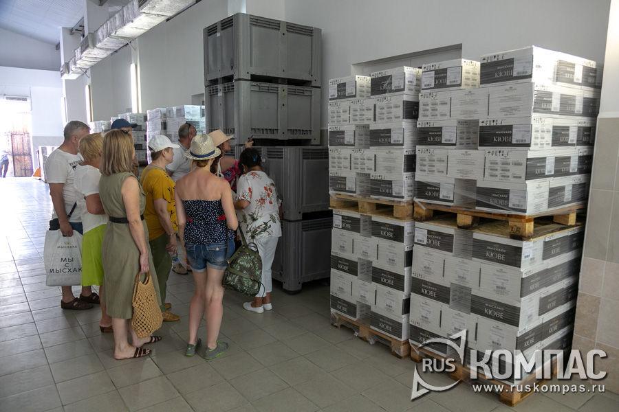 В заводских коридорах коробки с расфасованным вином