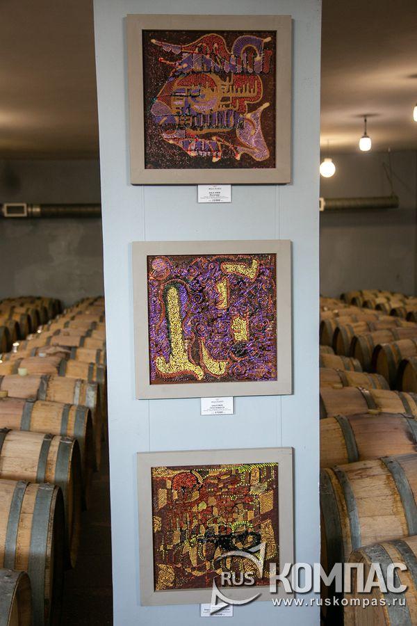 Выставка картин, написанных вином, в подвале винзавода «Мысхако»