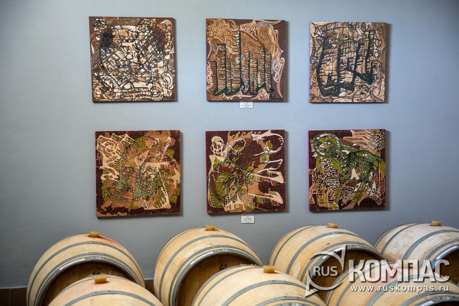 На картон, как грунтовка и основной цвет, наносится виноградное вино