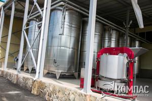 Справа - пресс для винограда, позади - ёмкости для отстаивания сока.