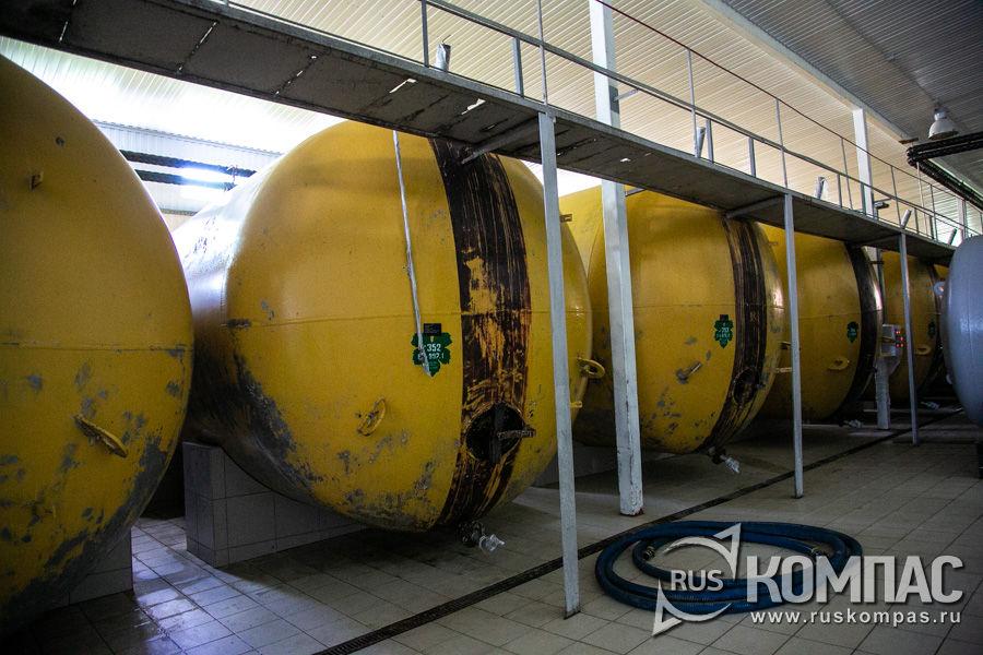 Жёлтые цистерны используют для брожения отстоявшегося виноградного сока