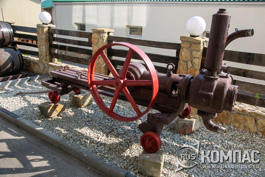Во дворе винзавода выставлены старые насосы для перекачки мезги