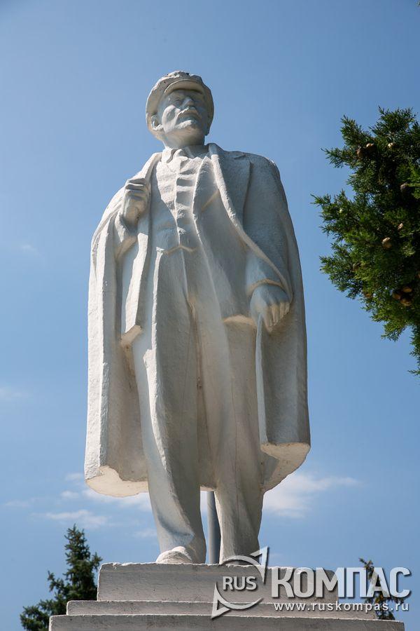Памятник Ленину в сквере у винзавода «Мысхако»