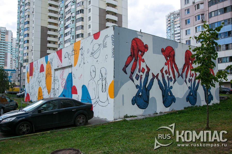 Электроник группы «Явь» (слева) и работа Рустама Эшера из Екатеринбурга