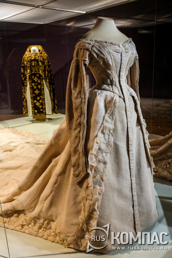 Платье придворное парадное траурное вдовствующей императрицы Марии Федоровны, в котором она была в день венчания Николая II и Александры Федоровны