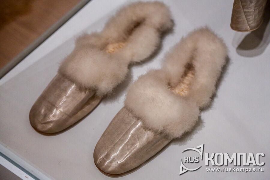 Церемониальные туфли на лебяжьем пуху, принадлежащие великому князю Александру Александровичу, Санкт-Петербург, середина 1860-х гг.