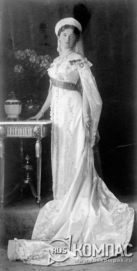 Великая княжна Ольга Николаевна в парадном придворном платье
