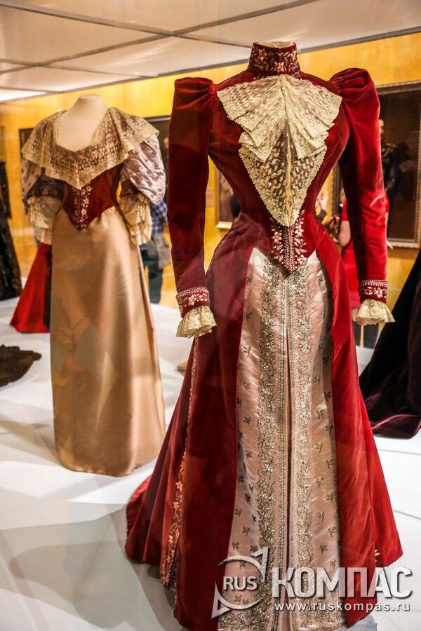 Наряд из двух разных лифов к одной юбке, принадлежащих императрице Марии Федоровны. Париж, модный дом Чарльза Ворта. 1892-1893 гг.