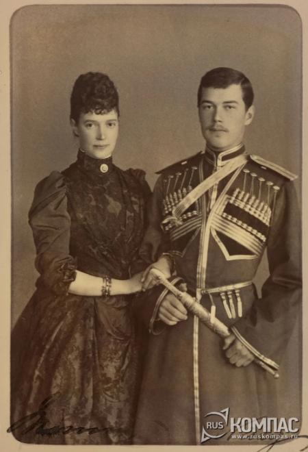 Благодаря этой сохранившейся фотографии черно-красное платье точно датируется 1888 годом