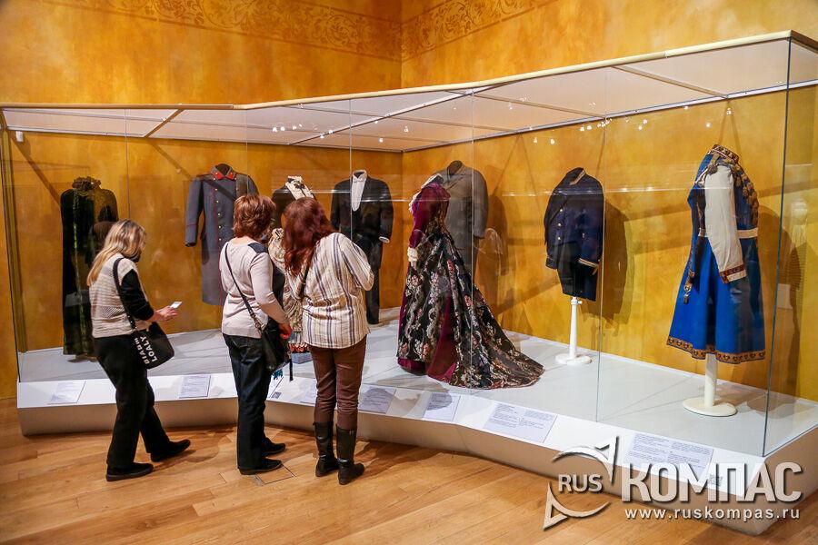 Витрина с женскими и мужскими нарядами конца XIX — начала XX века