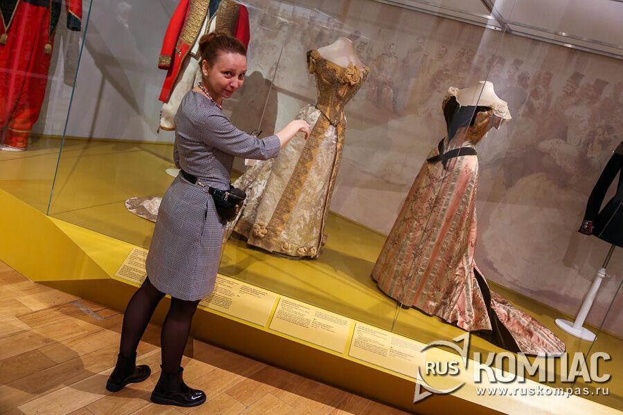Обратите внимание на размер талии - у Марии Фёдоровны она была не более 65 см (без корсета, конечно)