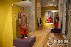 У входа в выставочный зал посетителей встречают «арапы» в парадных костюмах