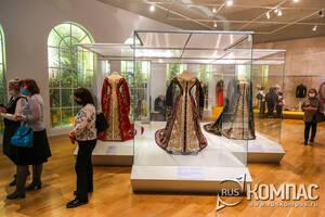 Выставка придворных костюмов середины XIX — начала XX века в Историческом музее Москвы