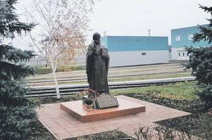 В депо открыли памятник покровителю странствующих
