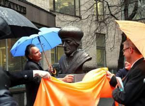 Памятник Эразму Роттердамскому открыли в Москве