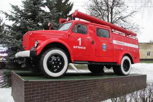 Памятник легендарному пожарному автомобилю АЦ-25 открыли в Брянске
