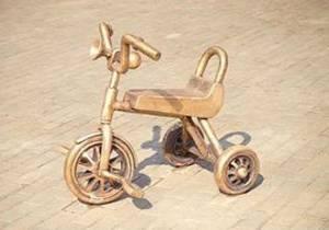 В Ижевске появился памятник трехколесному велосипеду