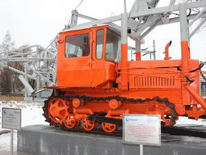 Энергетики поставили памятник бурильно-крановой машине