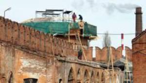 При воссоздании стен колокольни Успенского собора используется технология кладки 18 века