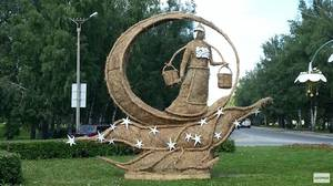 В Чебоксарах установили соломенную скульптуру «Девушка на Луне»