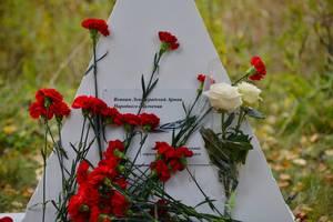 Памятный камень ополченцам открыли у братской могилы в Полежаевском парке