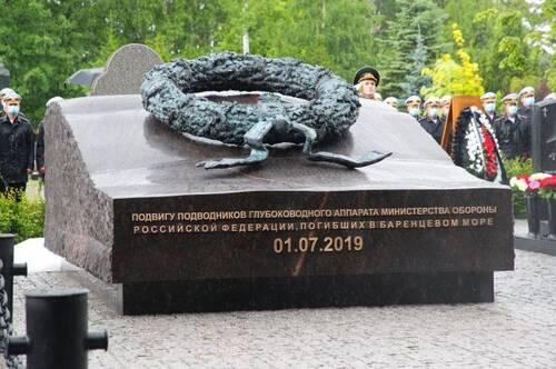 В Петербурге открыли памятник погибшим в Баренцевом море подводникам