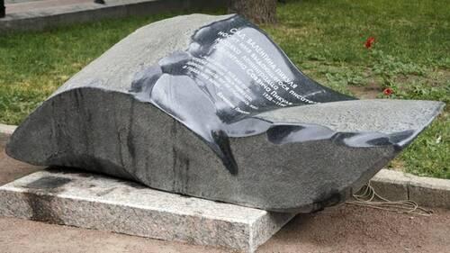 В Петербурге установлен памятный знак писателю Пикулю