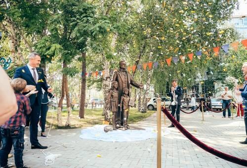В Тюмени торжественно открыли памятник Петру Ершову