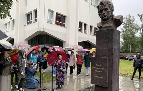Первый в России памятник писателю Федору Абрамову открыли в Архангельске