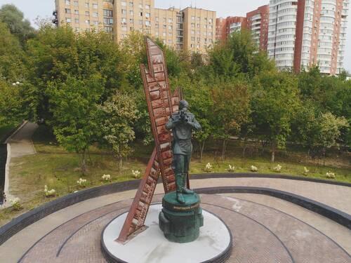 Первый в России памятник фронтовому кинооператору открыли в Красногорске