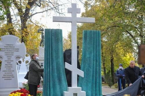 Памятник режиссеру Марку Захарову открыли в Москве