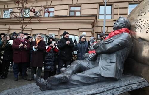 Скульптурную композицию «Атом Солнца Олега Табакова» представили в Москве