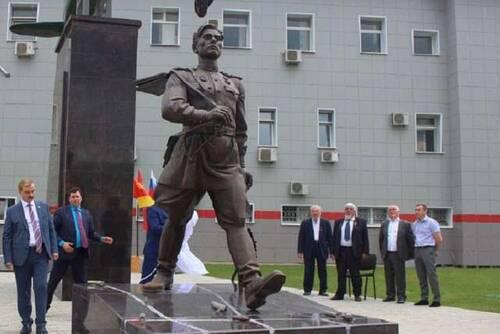 На памятнике Алексею Маресьеву установили гильзу с валдайской землёй