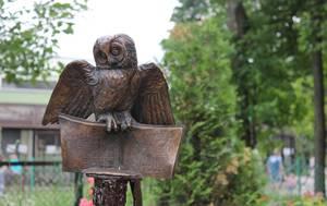"""В Ленинградском зоопарке установили бронзовую сову с """"волшебной зачеткой"""""""