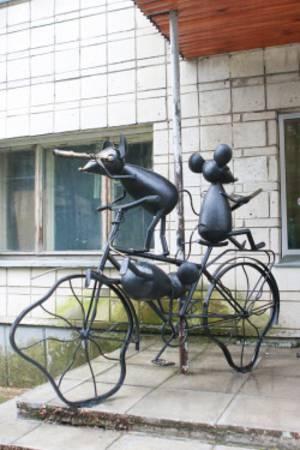 В Академгородке появился памятник в виде мышат на велосипеде
